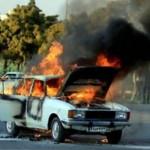 خودروی پیکان در آتش سوخت/ سرنشینان نجات یافتند